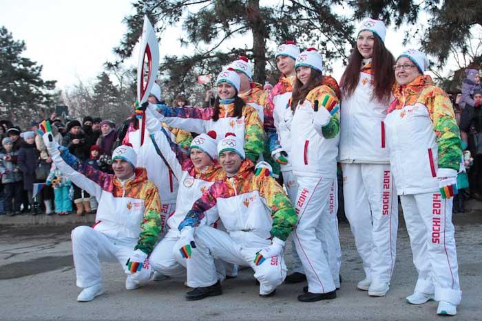 Группа факелоносцев представляют сеть магазинов «Окей». Фото: Александр Трушников/Великая Эпоха (The Epoch Times)