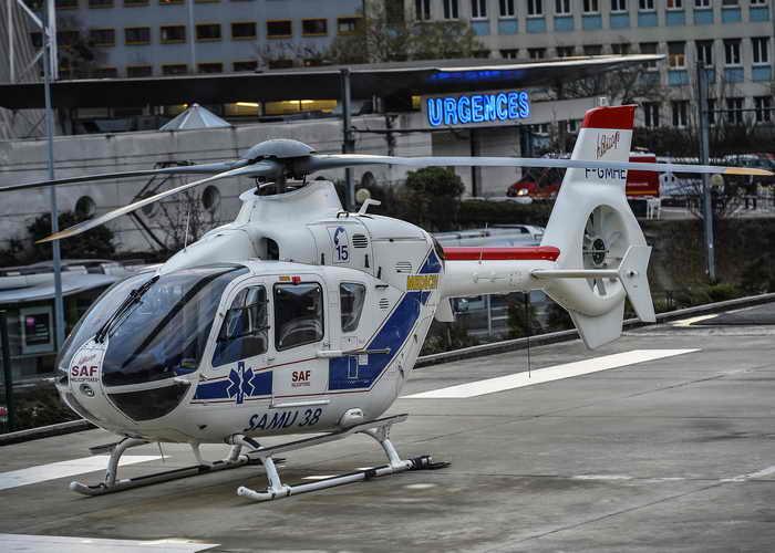 Вертолет на стоянке перед отделение неотложной помощи Клинического центра в Гренобле, куда был доставлен Михаэль Шумахер. Фото: JEFF PACHOUD/AFP/Getty Images
