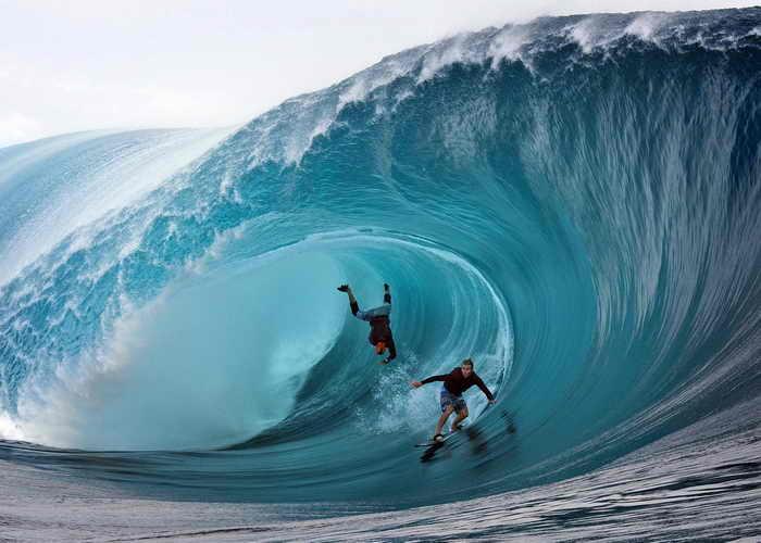 Гигантские волны заливают побережье Европы. А для любителей сёрфинга на севере Испании это — возможность поймать идеальную волну. Фото: GREGORY BOISSY/AFP/Getty Images