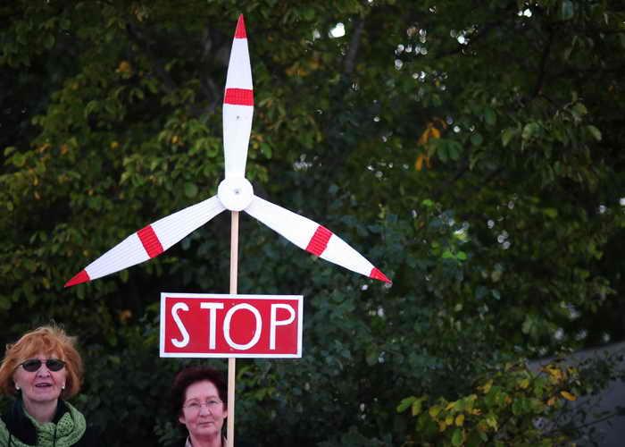 Жители Германии не приветствуют строительство ветряных электростанций, так как они делают их жизнь невыносимой. Фото: JOHANNES EISELE/AFP/Getty Images