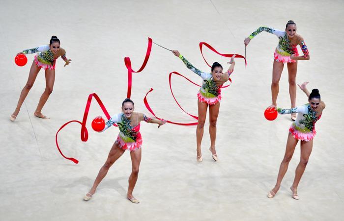 Выступление итальянской команды по художественной гимнастике на чемпионате мира в Киеве 31 августа 2013 года. Фото: SERGEI SUPINSKY/AFP/Getty Images