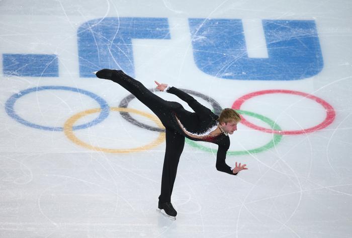 Евгений Плющенко исполнил короткую программу на сочинской Олимпиаде со вторым результатом, уступив первенство японцу Юдзуру Ханю 6 февраля в «Айсберге». Фото Robert Cianflone/Getty Images