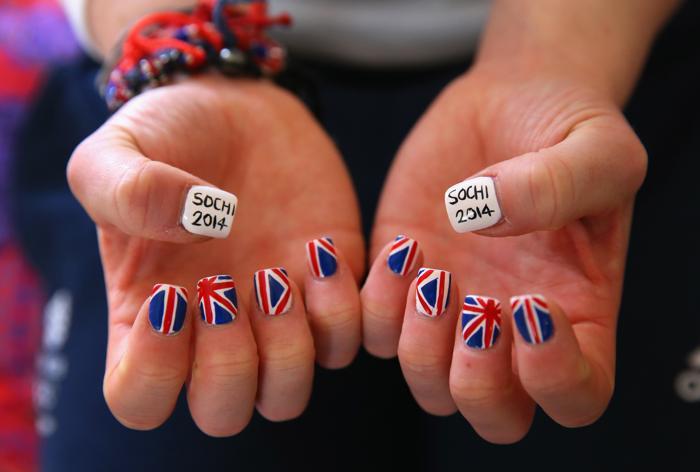Британская бобслеистка Ревекка Уилсон показывает окрашенные ногти в горной деревне на Роза Хутор 2014 года 3 февраля 2014 года в Сочи. Фото: Alex Livesey/Getty Images