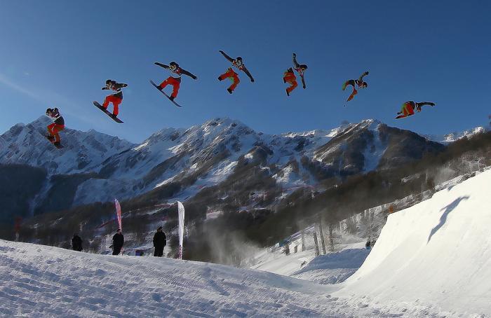 Спортсмен тренируется на сноуборде в слоупстайле на Розе Хутор 4 февраля 2014 года в Сочи. Фото: Martin Rose / Getty Images