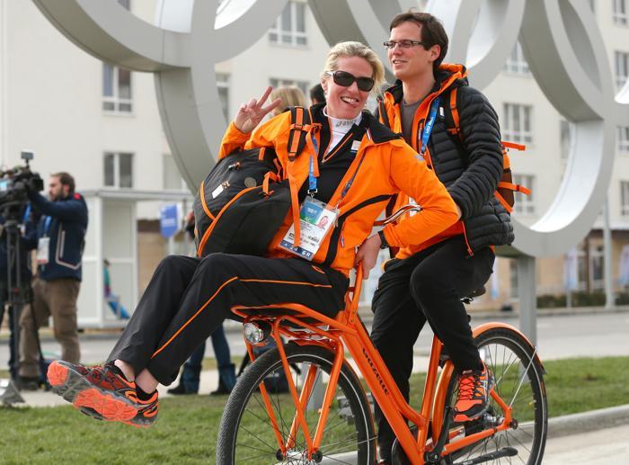Члены олимпийского персонала Нидерландов ездят на велосипеде в Олимпийской деревне Сочи 4 февраля 2014 года. Фото: Quinn Rooney/Getty Images