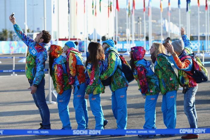 Олимпийские волонтёры позируют для фотографии в Олимпийской деревне Сочи 4 февраля 2014 года. Фото: Martin Rose / Getty Images