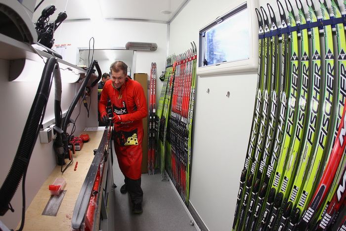 Обработка лыж в вакс-грузовике. Фото: Alexander Hassenstein/Bongarts/Getty Images