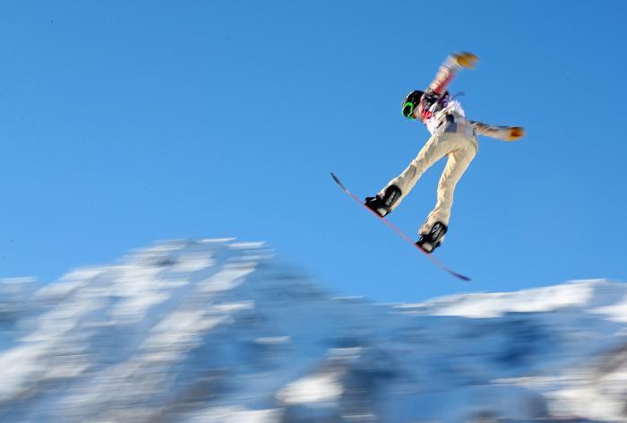 Карли Шор (Karly Shore) из США на тренировке сноубордистов по слоупстайлу на Розе Хутор в Сочи 5 февраля 2014 года. Фото: Mike Ehrmann/Getty Images