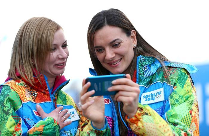Чемпионка мира по прыжкам в высоту и мэр Олимпийской деревни Елена Исинбаева (справа) в Олимпийском парке Сочи за день до начала зимней Олимпиады 2014. Фото: Фото: Paul Gilham/Getty Images