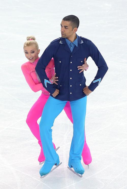 Немцы Алена Савченко и Робин Шолковы выступают с короткой программой 11 февраля в ходе сочинской Олимпиады. Фото: Matthew Stockman/Getty Images