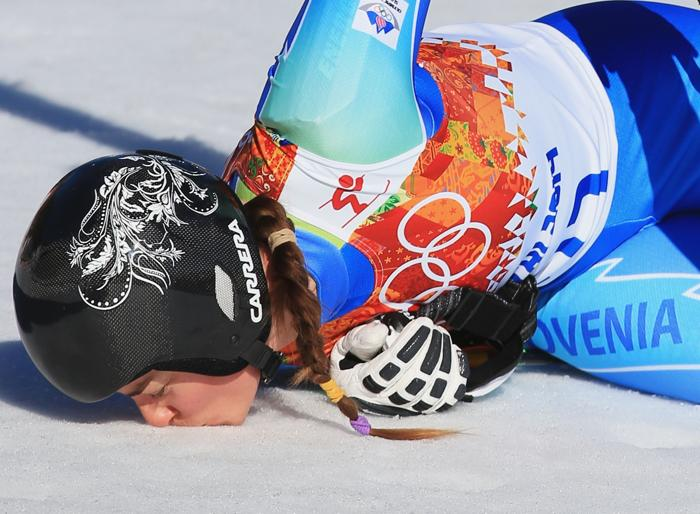 Словенка Тина Мазе целует снег после того как одержала победу в горнолыжном скоростном спуске  в пятый день Олимпиады 2014 в Сочи. Фото: Richard Heathcote/Getty Images