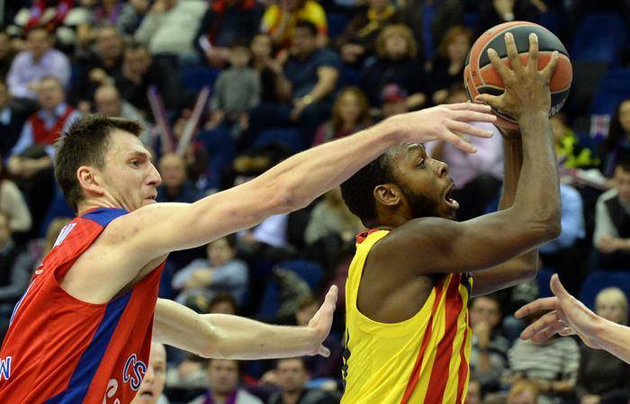 Московская команда баскетболистов ЦСКА обыграла 12 декабря испанцев из «Барселоны» в матче Евролиги с разницей в 14 забитых мячей. Фото: YURI KADOBNOV/AFP/Getty Images