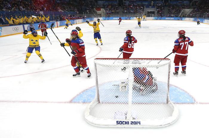 Российская женская сборная по хоккею возглавила свою группу B после того, как победила сборную Швеции 13 февраля со счётом 3:1.  Фото: Martin Rose/Getty Images