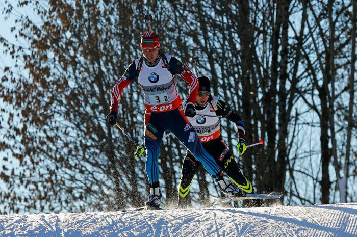 Александр Логинов сумел сократить расстояние с седьмого места до второго в гонке мужской эстафеты 13 декабря 2013 года на Кубке мира по биатлону. Фото: Stanko Gruden/Agence Zoom/Getty Images