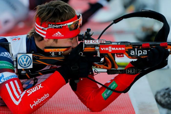 Антон Шипулин с помощью волевого усилия опередил соперников на финише 13 декабря 2013 года в мужской эстафете на Кубке мира по биатлону. Фото: Stanko Gruden/Agence Zoom/Getty Images