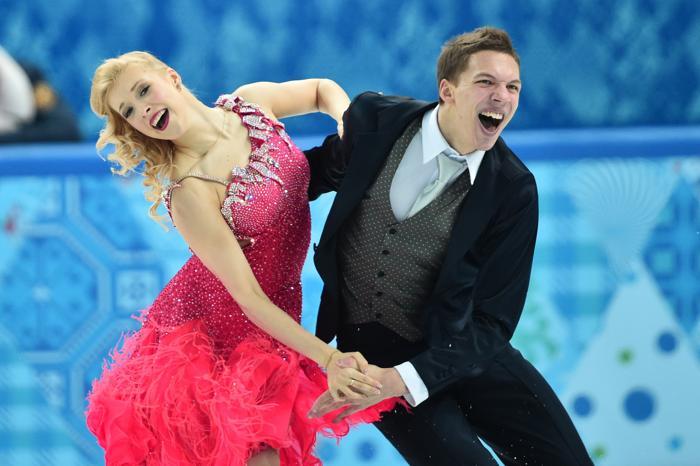 Дмитрий Соловьёв и Екатерина Боброва выступают с короткой программой по фигурному катанию в Сочи 17 февраля. Фото: DAMIEN MEYER/AFP/Getty Images