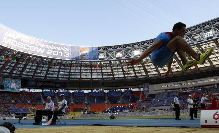 Российский легкоатлет Александр Меньков победил на московском Чемпионате мира, показав лучший результат турнира в прыжках в длину 16 августа 2013 года в Лужниках. Фото: ADRIAN DENNIS/AFP/Getty Images