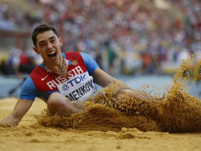 Российский легкоатлет Александр Меньков победил на московском Чемпионате мира, показав лучший результат турнира в прыжках в длину 16 августа 2013 года в Лужниках. Фото: FRANCK FIFE/AFP/Getty Images
