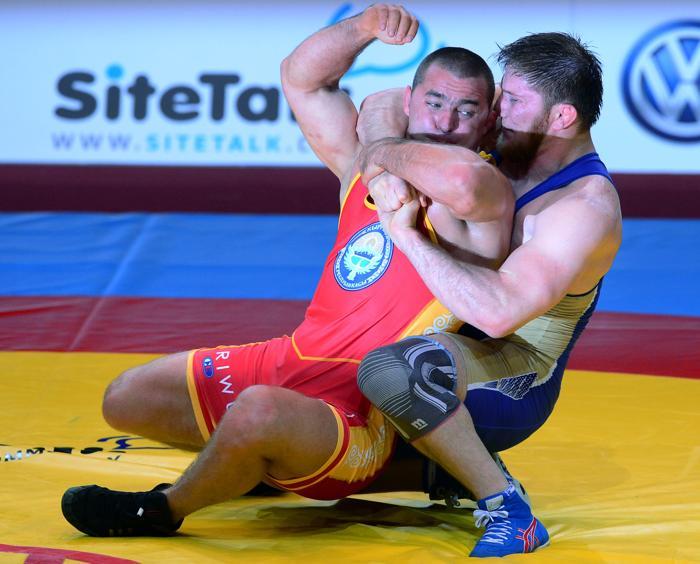 Третью бронзу среди вольников взял Анзор Болтукаев (в синем) (до 96 килограммов), победив Алексея Крупнякова из Казахстана. Фото: FERENC ISZA/AFP/Getty Images