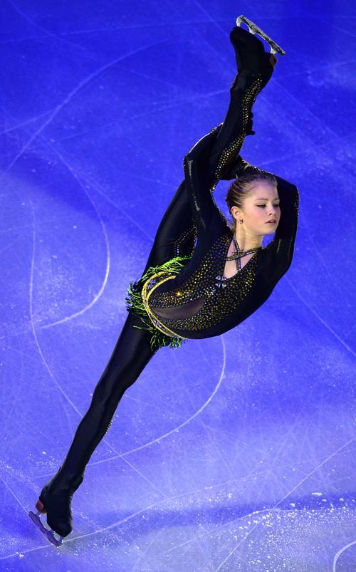 Россиянка Юлия Липницкая выступила в Москве заключительный день международного турнира Гран-при 24 ноября 2013 года. Фото: YURI KADOBNOV/AFP/Getty Images