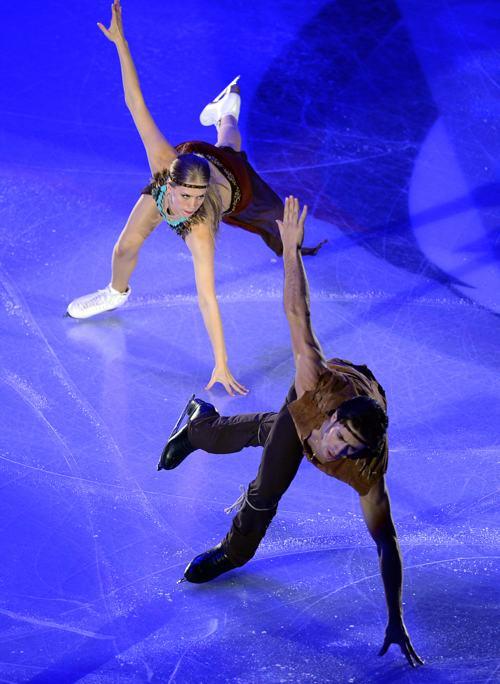 Кейтлин Уивер и Эндрю Поже из Канады выступили в Москве  заключительный день международного турнира Гран-при 24 ноября 2013 года. Фото: YURI KADOBNOV/AFP/Getty Images