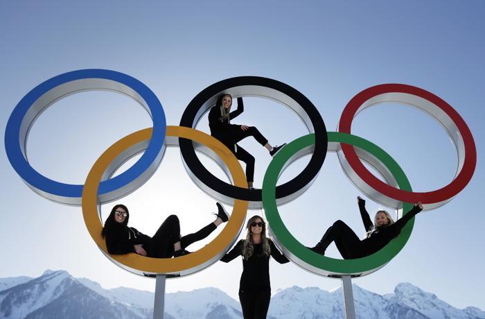 Спортсмены позируют с олимпийскими кольцами в Сочи 4 февраля 2014 года. Фото: Adam Pretty/Getty Images