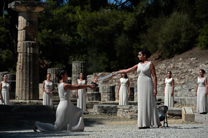 На греческой родине Олимпийских игр, в древнем городе Олимпия, в ходе театрализованного представления 29 сентября 2013 года зажгли огонь Игр «Сочи-2014». Фото:  ARIS MESSINIS/AFP/Getty Images