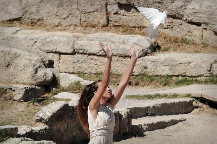 На греческой родине Олимпийских игр, в древнем городе Олимпия, в ходе театрализованного представления 29 сентября 2013 года зажгли огонь Игр «Сочи-2014». Фото: LOUISA GOULIAMAKI/AFP/Getty Images