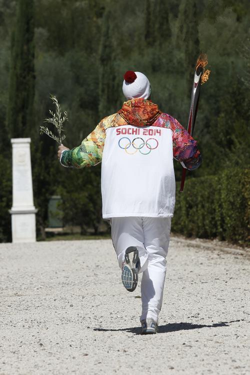 Российский хоккеист Александр Овечкин стал первым российским факелоносцем олимпийского огня Игр «Сочи-2014», 29 сентября 2013 года. Фото: Dimitri Messinis-Pool/Getty Images