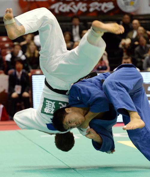 Российский дзюдоист Денис Ярцев встретился в полуфинале турнира по дзюдо с Рики Накае из Японии 30 ноября 2013 года в Токио. Фото: TOSHIFUMI KITAMURA/AFP/Getty Images