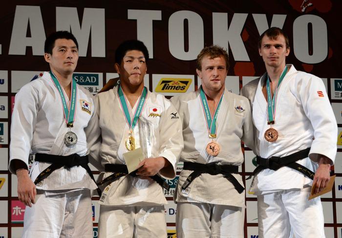 Российский дзюдоист Денис Ярцев (слева) на подиуме победителей с бронзовой медалью турнира «Большого шлема» в Токио 30 ноября 2013 года. Фото: Atsushi Tomura/Getty Images