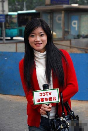 Фото:  Корреспондентка неофициального телевидения «Шань Чжай (переводится как нелицензионная копия государственного телевидения ССТV)»  Фото с news.sznews.com