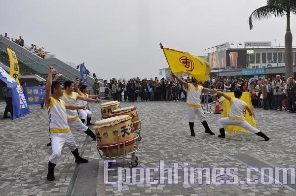 Выступают барабанщики Новой Династии Тан. Фото: Великая Эпоха