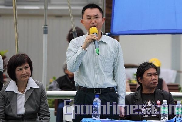 Выступает демократ г-н Чоу.  Фото: Великая Эпоха