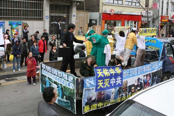 Воссоздание ужасных событий, происходящих сейчас в КНР, где из живых людей вырезают органы, чтобы обогатиться. Фото: Xi Tai/The Epoch Times