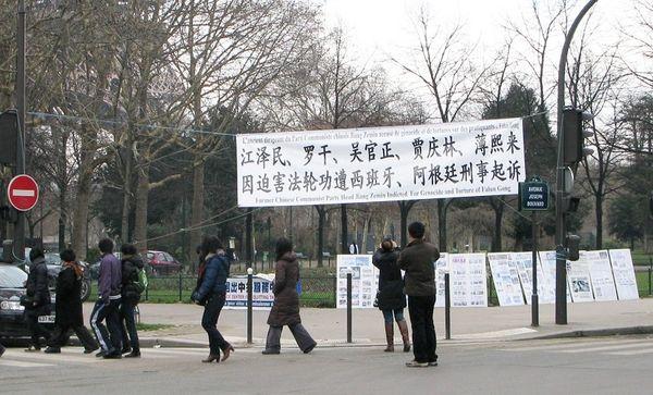 Увидев баннеры туристы доставали камеры и телефоны, чтобы их сфотографировать. Фото: Hao Yang/The Epoch Times