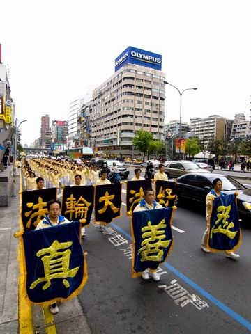 Колонна движется по городу. Фото: Tang Bin/The Epoch Times