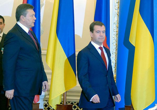 Президент Украины Виктор Янукович и Президент РФ Дмитрий Медведев на церемонии подписания совместных соглашений в Киеве 17 мая во время официального визита Президента РФ в Украину. Фото: Владимир Бородин/The Epoch Times