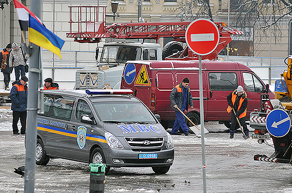 На месте палаточного городка работают коммунальщики и находится милиция. Фото: Владимир Бородин/The Epoch Times Украина