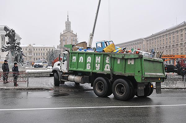 На Майдан завозят аттракционы после демонтажа палаточного городка предпринимателей. Фото: Владимир Бородин/The Epoch Times Украина