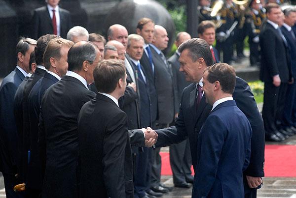 Президента Украины Виктора Януковича представляют официальной делегации из России возле Администрации президента в Киеве 17 мая 2010 года. Фото: Владимир Бородин/The Epoch Times