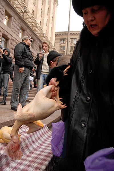 Работники Жытнего и Владимирского рынков, при поддержке политических и общественных организаций 26   февраля в Киеве выступили против их приватизации и возможного закрытия в дальнейшем. Фото: Владимир Бородин/The Epoch Times