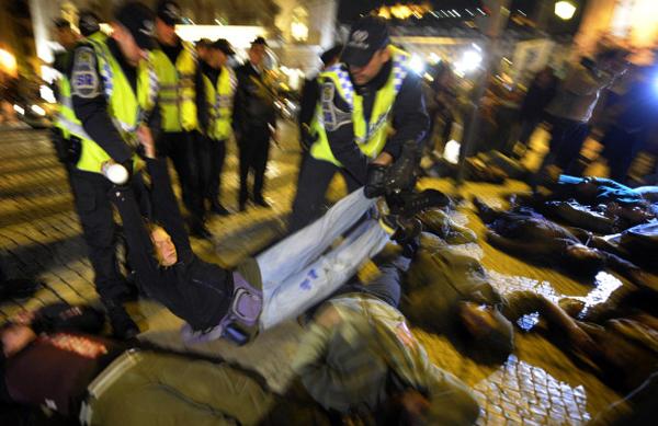 Активисты антинатовского движения объединились в эти дни в Лиссабоне, столице Португалии, чтобы выразить протест против проведения саммита НАТО 19–20 ноября 2010 г. Фото: Мигель Вильягран/Getty Images