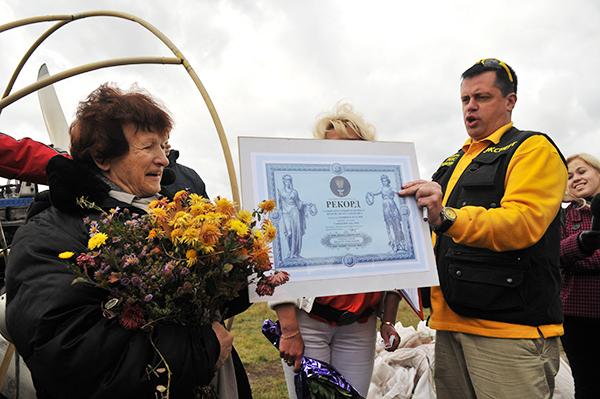 Наталья Есипчук установила новый рекорд Украины, совершив полет на паротрайке в 73 года. Фото: Владимир Бородин/The Epoch Times Украина