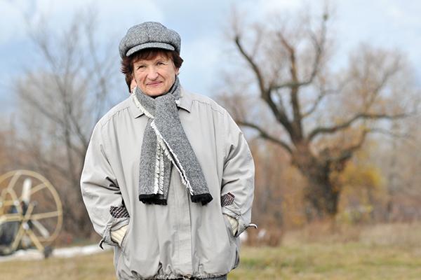 Наталья Есипчук на взлетной площадке перед полетом на паротрайке в свой 73-й день рождения. Фото: Владимир Бородин/The Epoch Times Украина