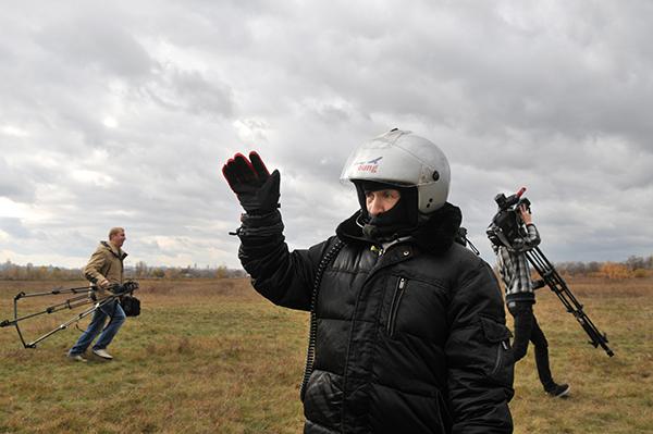 Прощание с родственниками перед отлетом. Фото: Владимир Бородин/The Epoch Times Украина