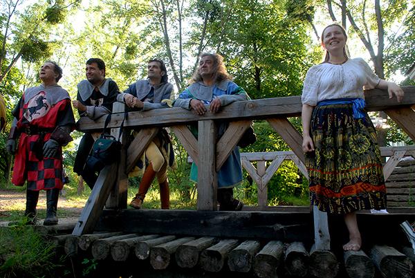 Рыцари и девушка из Швеции наблюдают за состязанием казаков и крымско-татарских всадников на международном рыцарском турнире «Сабля Казака Мамая» в Киеве 9 июля 2010 года. Фото: Владимир Бородин/The Epoch Times