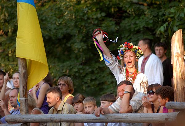 Зрительница активно поддерживает участников международного рыцарского турнира «Сабля Казака Мамая» в Киеве 9 июля 2010 года. Фото: Владимир Бородин/The Epoch Times