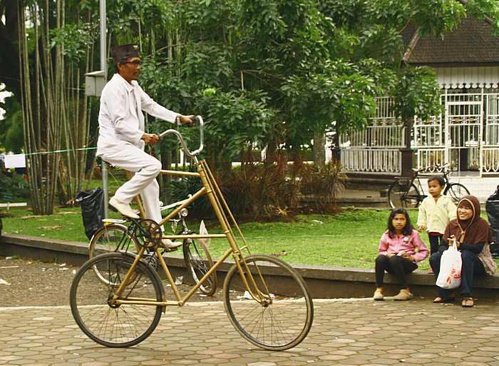 Праздник общества велосипедистов в парке города Бандунг. Остров Ява, Индонезия. Фото: Сима Петрова/Великая Эпоха (The Epoch Times)