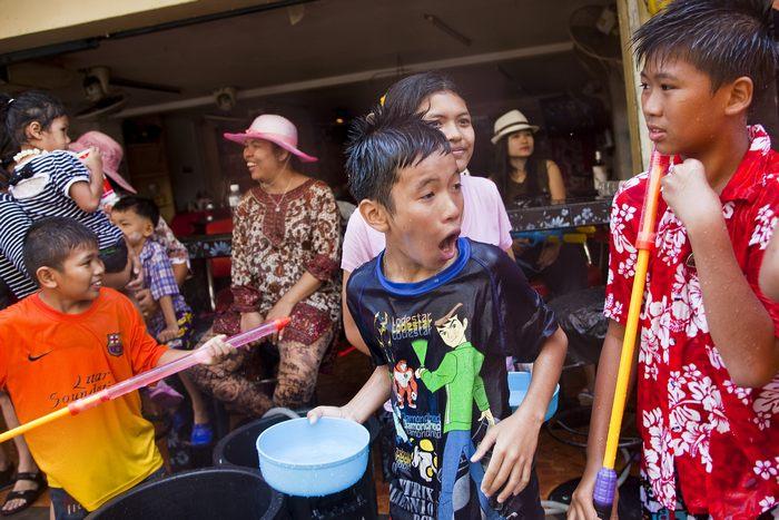 В Таиланде празднуют Сонгкран – новогодний праздник, взаимно обливаясь водой 14 апреля 2013 г. Фото: Jack Kurtz/Getty Images